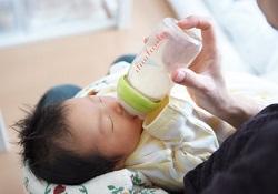 粉ミルクを飲む赤ちゃん