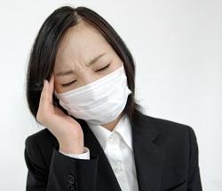 花粉症で悩む女性