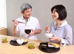 食事をする更年期夫婦