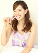 口臭予防の歯みがきをする女性