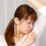 便秘が原因の体臭を気にする女性