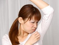 体臭を気にする女性